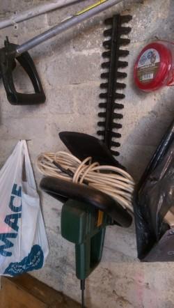 Electric hedge cutter