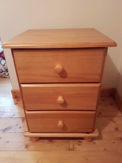PAIR OF BEDSIDE LOCKERS IN GOLDEN PINE - AS NEW CONDITION
