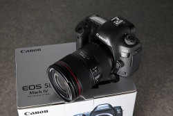 Canon eos 5D Mark IV + 24-105mm Lens