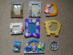 17 PICTURE FRAMES AND 1 WALL PLATE