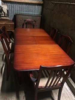 Dining room table extends 6 chairs