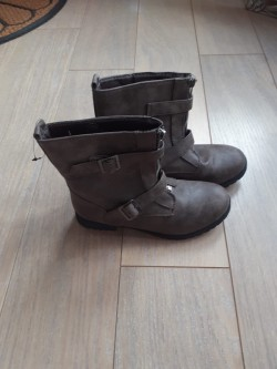 Girls Brown Boots.
