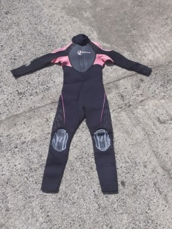 Girls Wetsuit. Suit 8 / 9 year old.